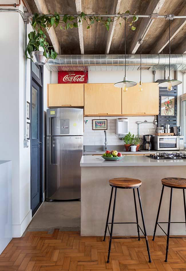 Cozinha americana simples com pé-direito alto