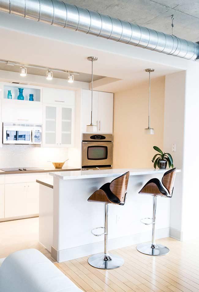 Cozinha americana pequena com iluminação focada