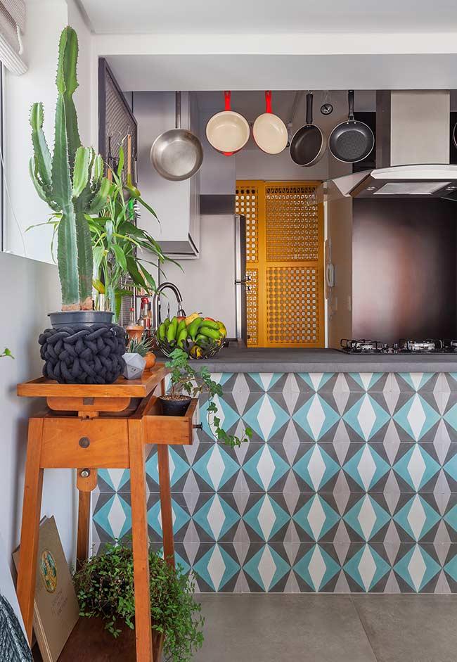 Cozinha americana pequena com ganhos para panelas no teto