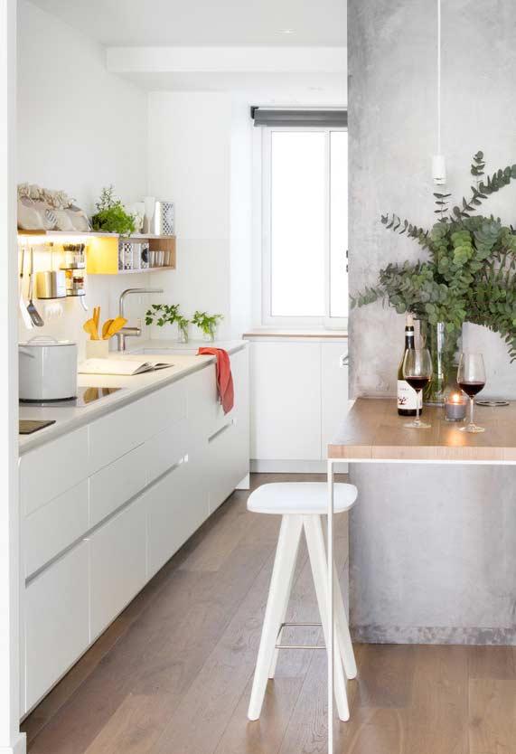 Cozinha no estilo corredor com prateleiras