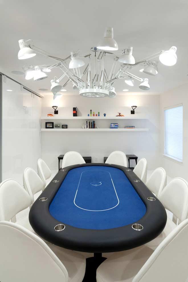 Sala de jogos com mesa de pôquer