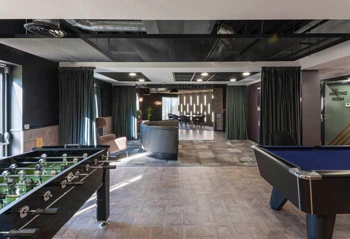 Sala de jogos com estilo industrial