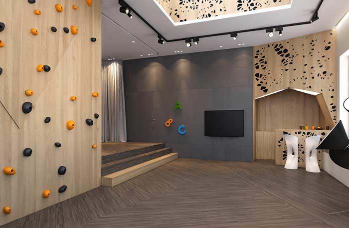 Sala de jogos com parede de escalada