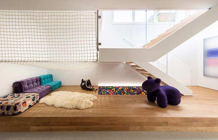 Atividades divertidas embaixo da escada