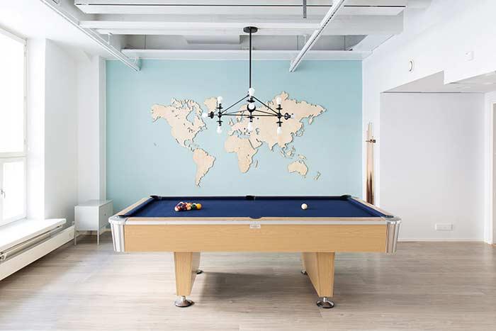 Sala de jogos com mapa mundi