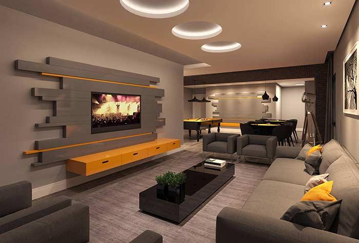 Sala de jogos com espaço para TV e sofás