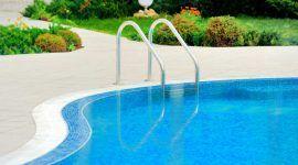 Como limpar piscina: passo-a-passo com dicas e periodicidade