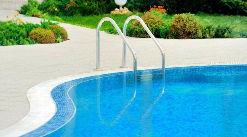 Como limpar piscina: passo a passo com dicas e periodicidade