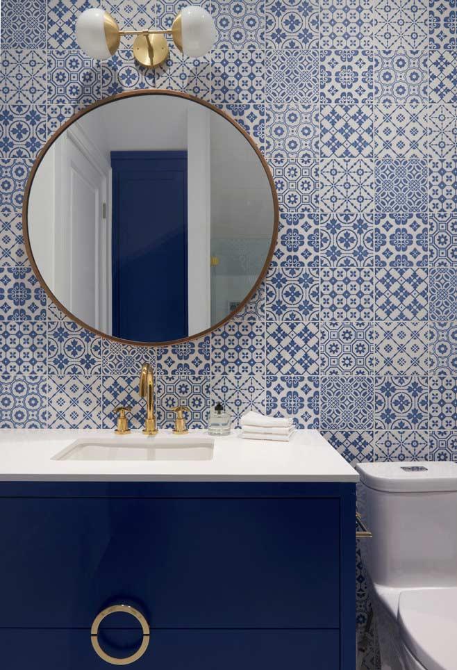Banheiro azul com azulejos portugueses