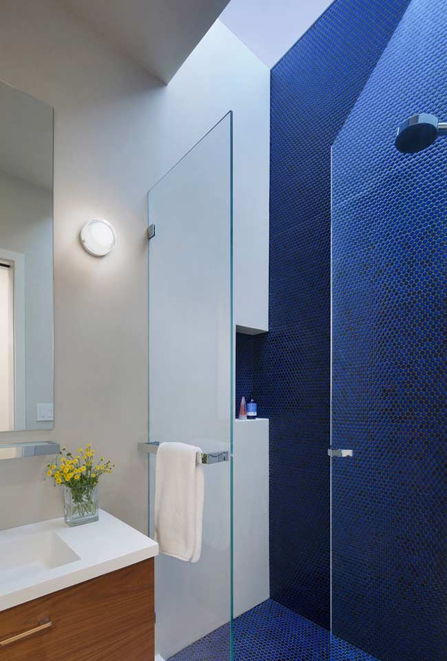 Banheiro com revestimento azul royal na parede do box