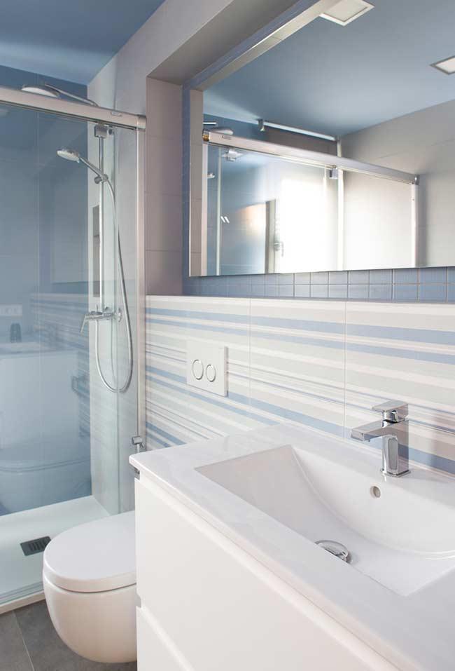 Banheiro com tons de azul claro e branco