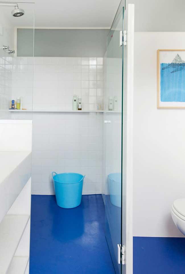 Piso com acabamento azul no banheiro