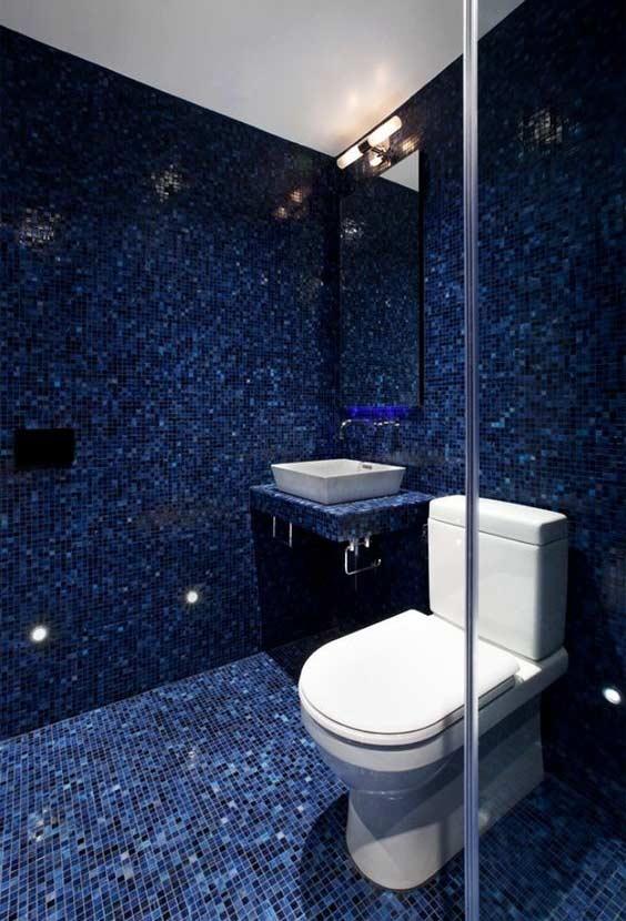 Pastilhas azuis por todo o banheiro