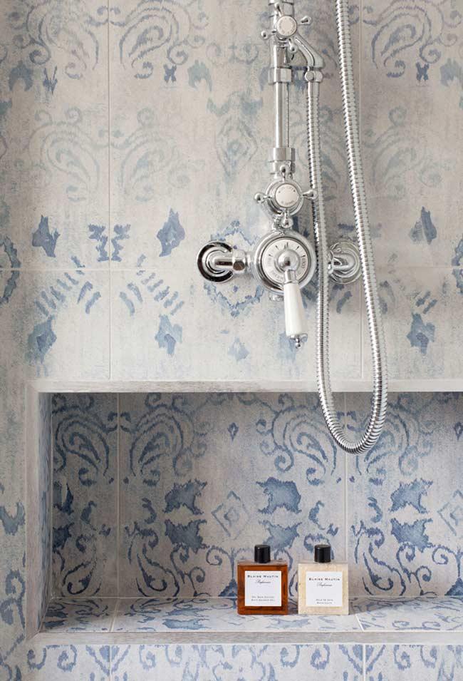 Detalhe para o banheiro azul com revestimento fosco
