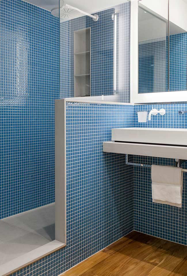 Azul e branco no banheiro