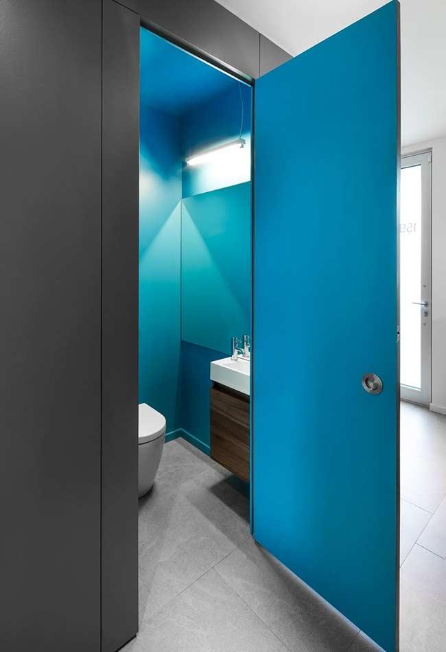 Banheiro fechado no estilo caixa azul