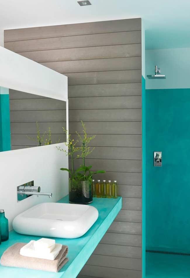Azul piscina que se reflete no banheiro inteiro.
