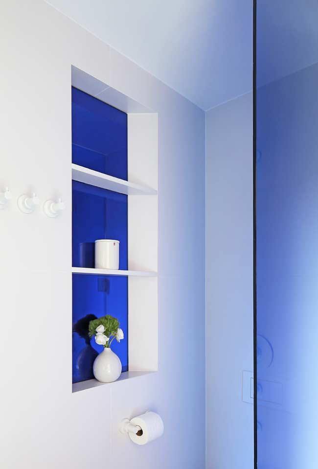 Banheiro azul para chamar a atenção