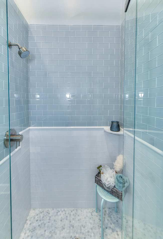 Banheiro azul bebê para um banho tranquilo