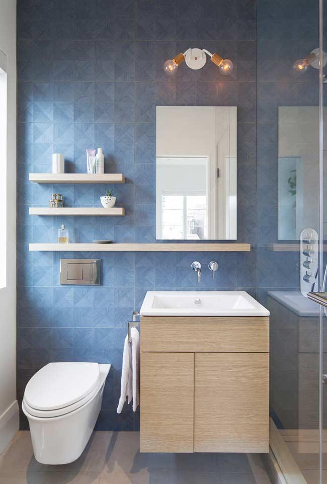 Luz natural em banheiro azul