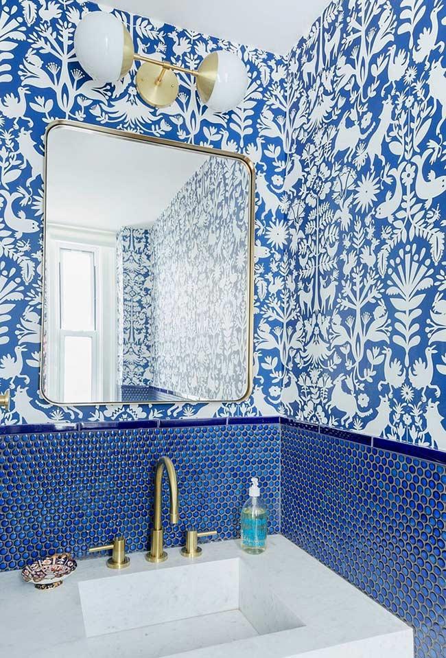 Banheiro azul com metais dourados