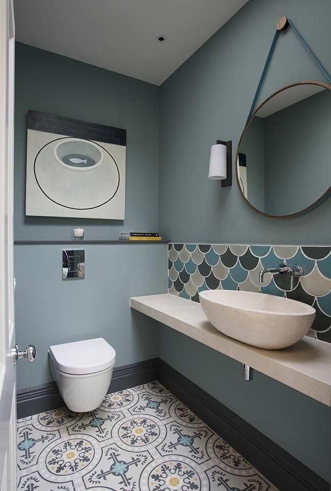 Azul acinzentado no banheiro