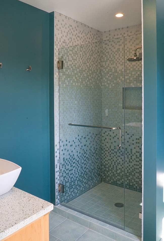 Exemplo de banheiro de cor vibrante que fica mais neutro na área do box