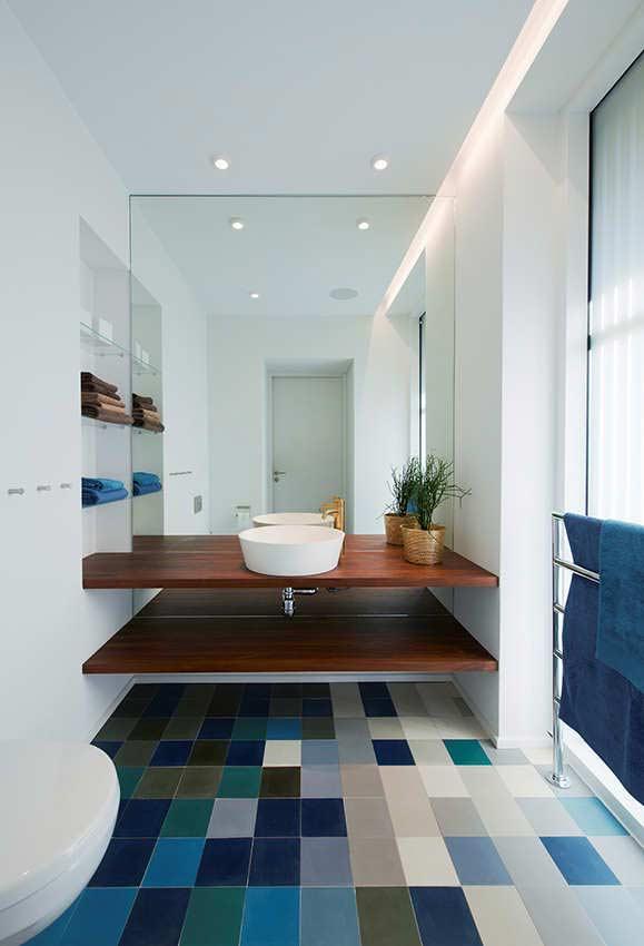 Banheiro neutro com um piso de cerâmica que faz uma miscelânia de cores