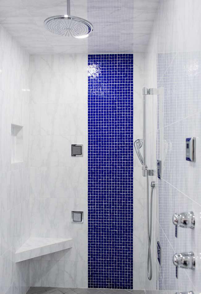 Banheiro com faixa vertical e pastilhas azuis