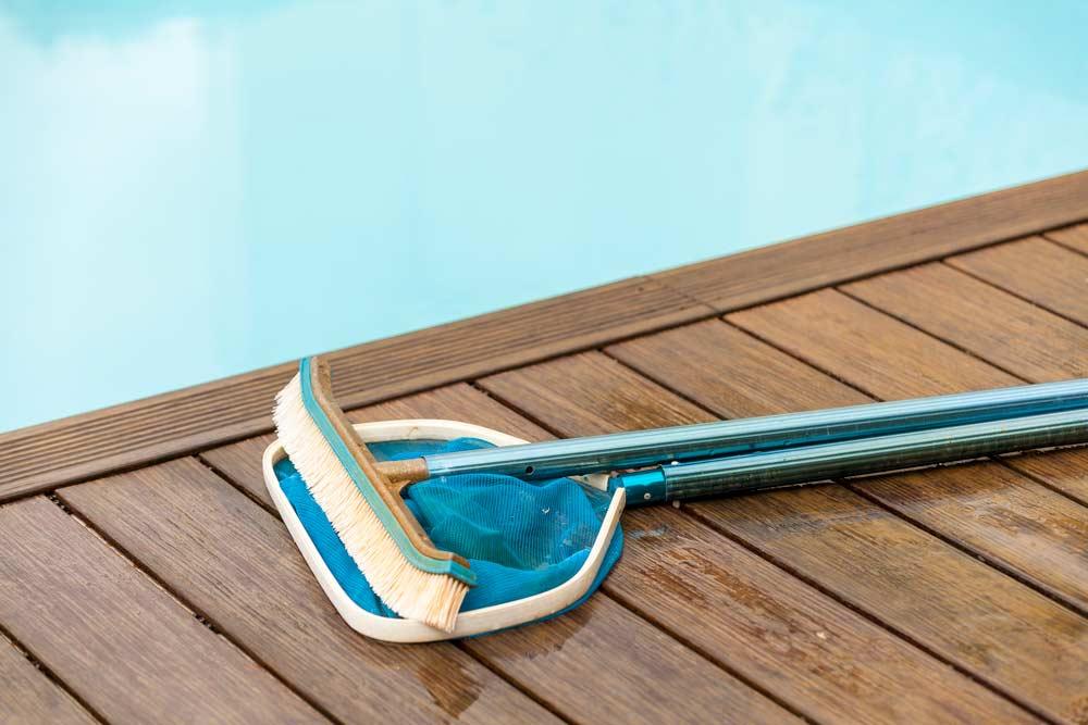 Como limpar piscina: materiais no deck
