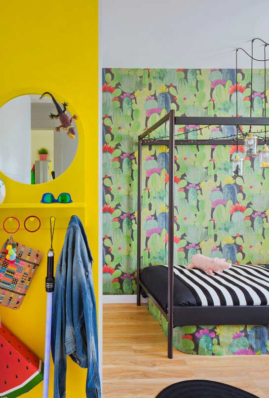 Cores e estampas coloridas no quarto