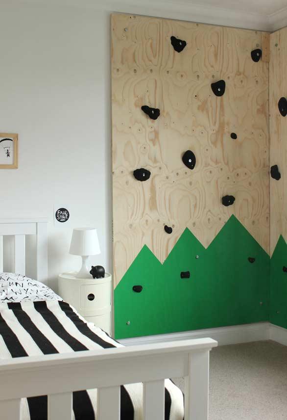 Painel de escalada no quarto de criança