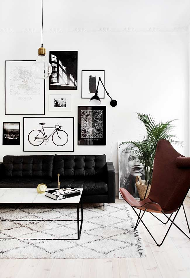 Sofá preto com almofadas acopladas