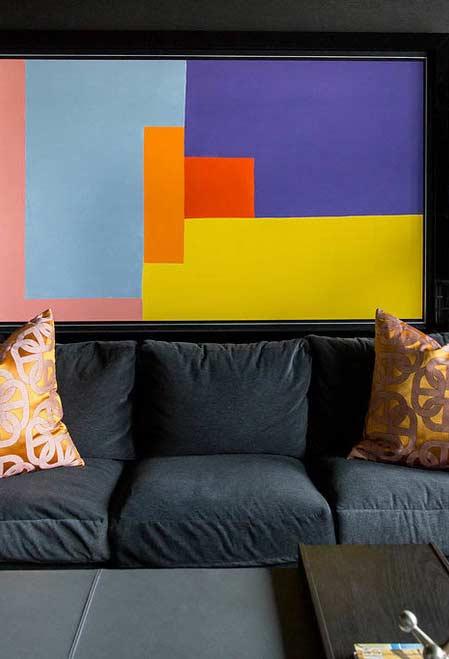 Contraste entre preto e objetos coloridos
