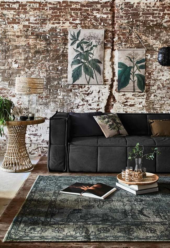 Sofá preto em um loft industrial