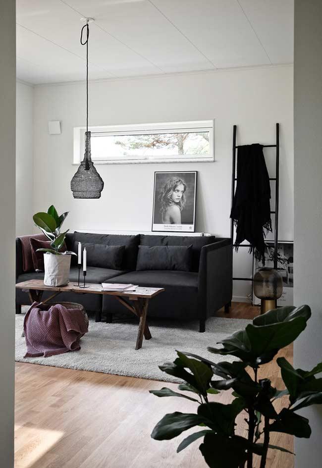 Sofá preto com almofadinhas