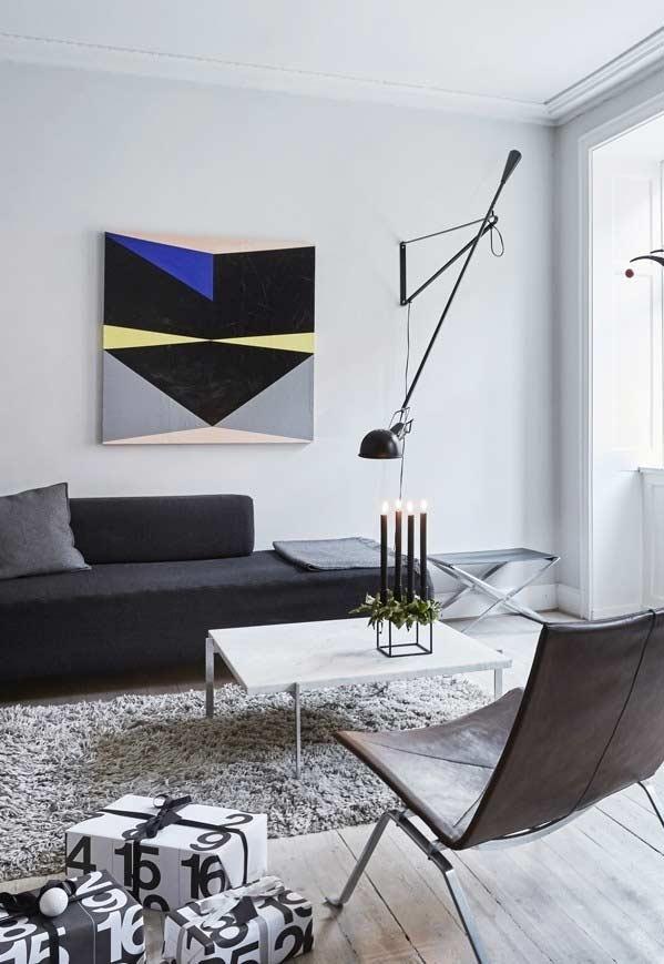 Sofá alongado em formas retas