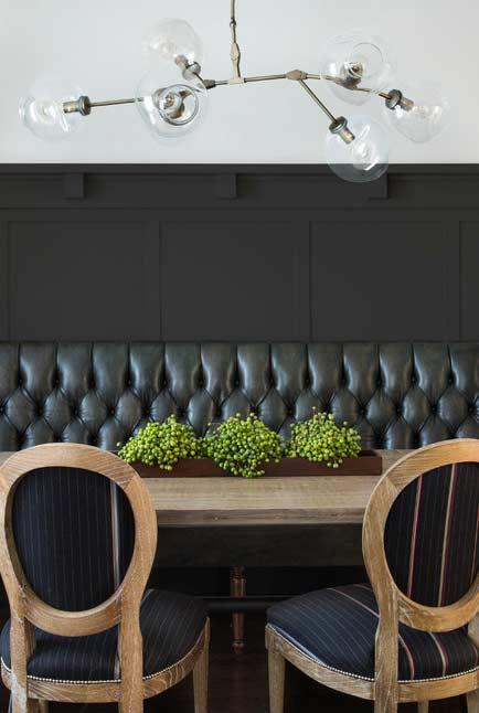 Sofá preto no estilo restaurante