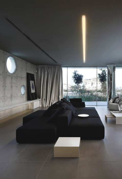 Dois mega sofás pretos na decoração