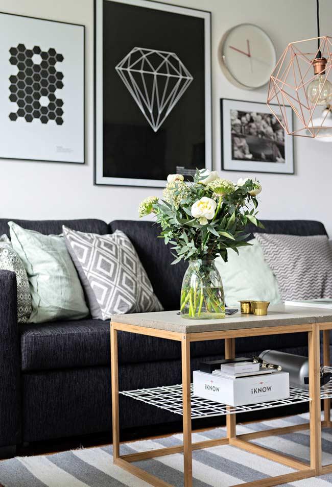 Sofá com almofadas e estampas geométricas