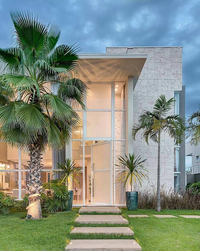 Casa linda com pórtico e vidro na fachada