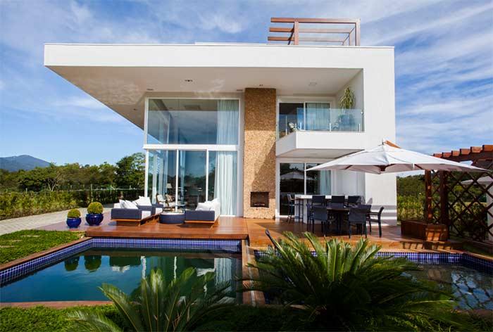 Casa com cobertura imponente e protetora