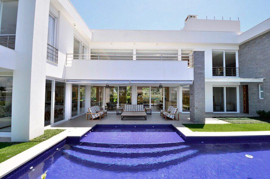 Fundos de casa moderna em L