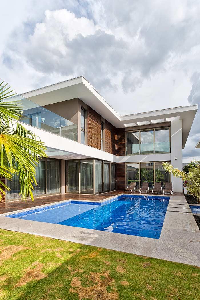 Casa em L com área de piscina.