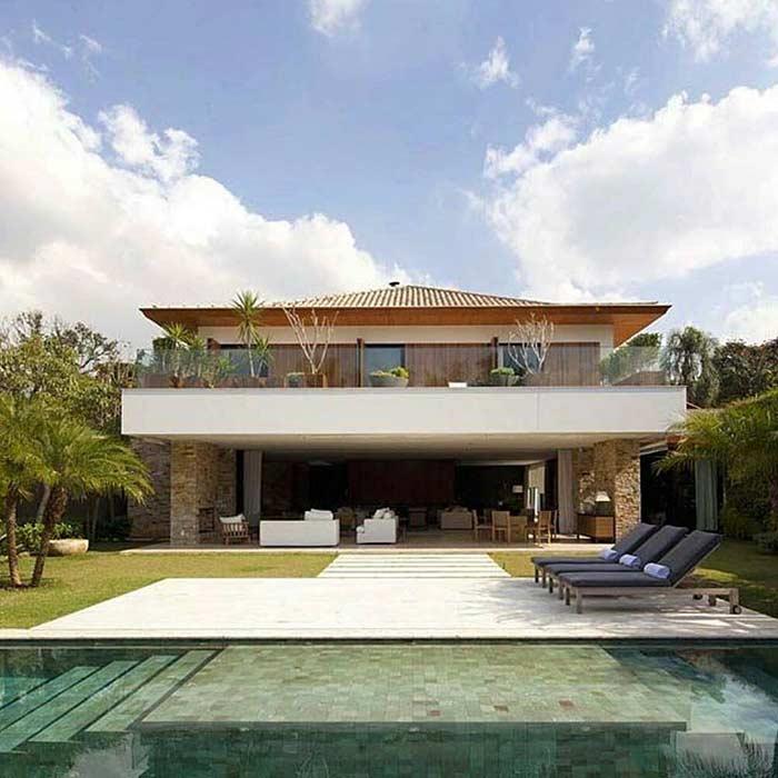 Fundos de casa sobrado com telhado colonial