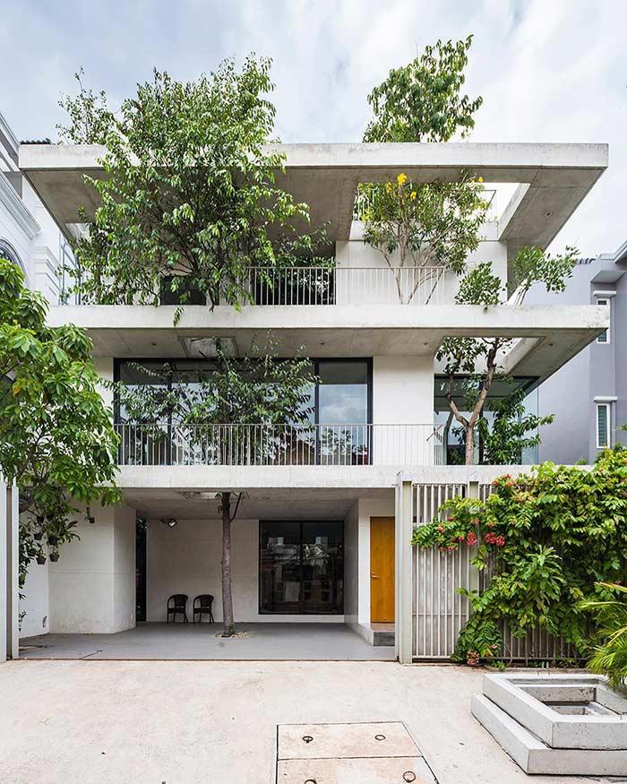Casa com 3 pavimentos que priorizam o verde