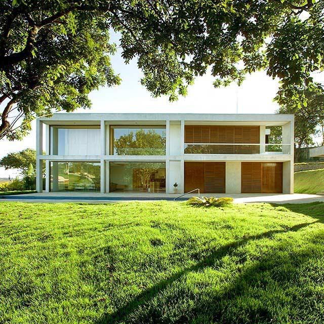 Casa com concreto em ampla área verde