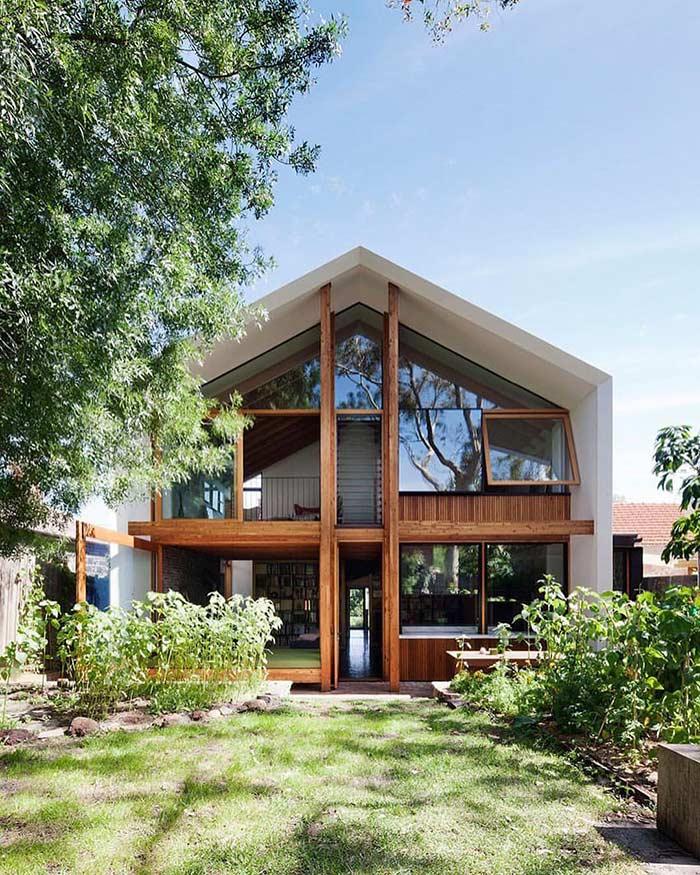 Fundos de casa sobrado com vidro, madeira e jardim