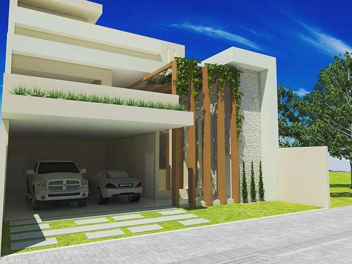 Com estrutura de madeira para jardim vertical na entrada.