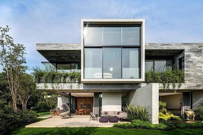 Casa grande com volumes bem definidos